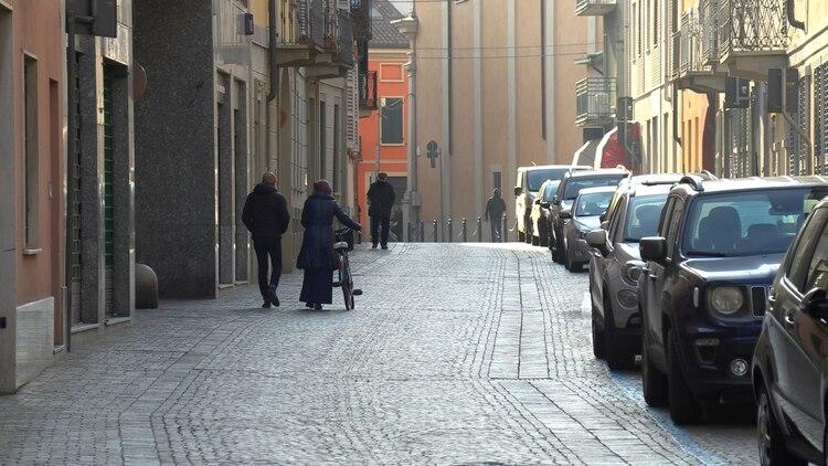 Calles vacíos en la ciudad italiana de Codogno, después de que se aplicara el protocolo tras los 14 casos confirmados de coronavirus en el país (Local Team/REUTERS TV via REUTERS)