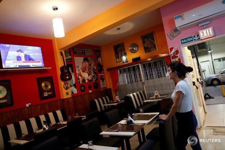 Los restaurantes planean distanciamiento social, turnos y barbijo para el personal (REUTERS)