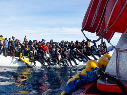 Vista de algunos de los 119 inmigrantes que la tripulación del barco Ocean Viking, de la organización humanitaria SOS Méditerranée, rescató el pasado jueves 21 de enero, de una patera precaria. EFE/SOS MEDITERRANEE/Fabian Mondl