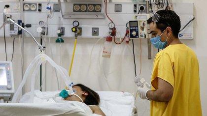 Un enfermero trabaja en la Unidad de Terapia Intensiva del Hospital de Agudos de Ezeiza, en la Provincia de Buenos Aires (Argentina). EFE/Juan Ignacio Roncoroni