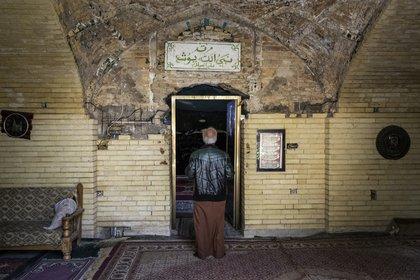 Un hombre entra al santuario del profeta bíblico Josué en Bagdad el 29 de enero de 2021. (Ivor Prickett/The New York Times).