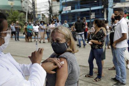 Una persona recibe una dosis de la vacuna de AstraZeneca durante una jornada de vacunación para ciudadanos de 57 años o más, en Duque de Caxias, cerca de Río de Janeiro. , Brasil 21 de abril de 2021. REUTERS / Ricardo Moraes / Foto de archivo
