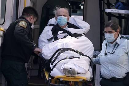 Personal médico sube a un hombre a una ambulancia en Manhattan, en Nueva York. 27 de marzo de 2020. REUTERS/Carlo Allegri