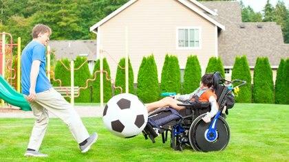 Jugar tiene múltiples funciones para los niños con discapacidad pero fundalmente es que se pueden divertir yse estimulan sus sentidos (Getty Images)
