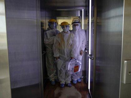 """El elevador del edificio donde vivía l apaciente """"AO"""" fue la fuente de contagio inicial (REUTERS/Tatyana Makeyeva/archivo)"""