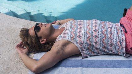 En distintas escenas, se ve a Luis Miguel con sus amigos disfrutando de la piscina de su fastuosa mansión