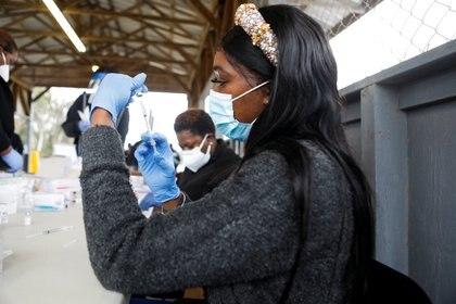 Una trabajadora de la salud prepara una dosis de la vacuna contra el COVID-19 en Florida. Foto: REUTERS/Octavio Jones