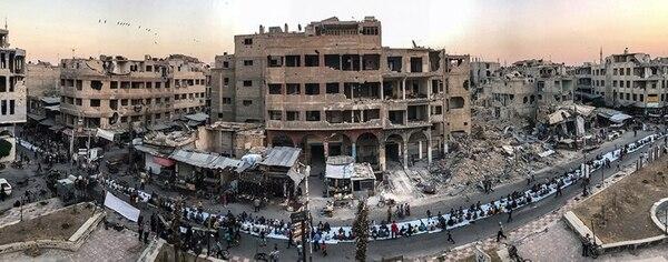 """En la categoría """"Actualidad"""" el primer lugar es para Mohammed Badra (Siria) con """"Iftar Amongst the Ruins"""" (Iftar entre las ruinas). La foto se hizo en Duma, Siria, con un iPhone 7."""