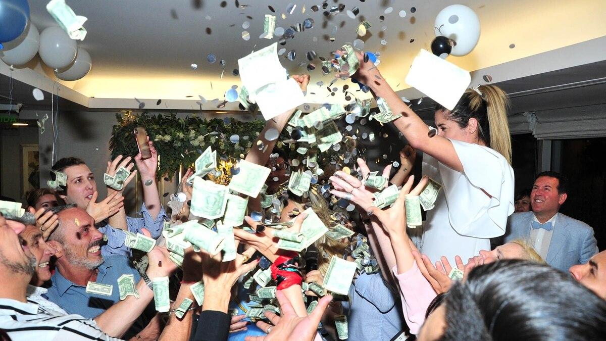 de4ce7089f El lujoso baby shower de Vicky Xipolitakis  regalaron dólares a los  invitados - Infobae