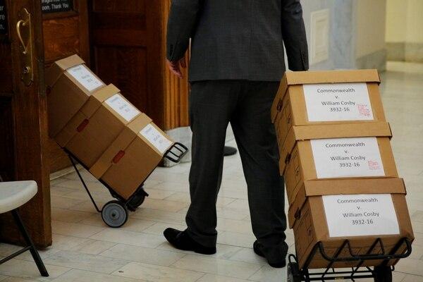 Cajas de documentos en el juzgado del juicio a Bill Cosby (REUTERS/Dominick Reuter)