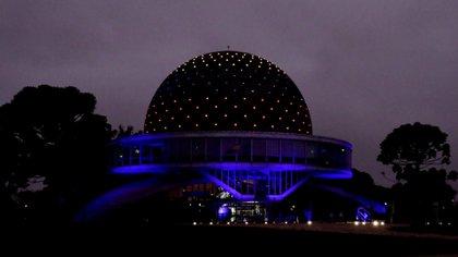 Bajo la caída del sol, el Planetario reflectó la bandera colombiana