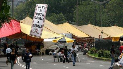 """Luego del proceso electoral de 2006, Andrés Manuel López Obrador bloqueó el Paseo de la Reforma para exigir un recuento """"Voto por voto, casilla por casilla"""", al asegurar que le habían robado la Presidencia de la República (Foto: Cuartoscuro)"""