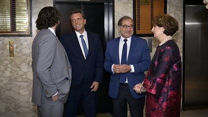Massa y Argüello al llegar al Club Americano, dialogando en la previa con el consejero político de la embajada de los Estados Unidos, Christopher Andino. (Gustavo Gavotti)