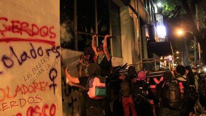Tres horas después de iniciada la protesta continuaron las acciones vandálicas (Foto: Cuartoscuro)