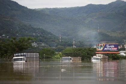 Foto de archivo. Camiones parcialmente sumergidos se ven a lo largo de una calle inundada durante el paso de la tormenta Eta, en Pimienta, Honduras. Noviembre 5, 2020. REUTERS/Jorge Cabrera