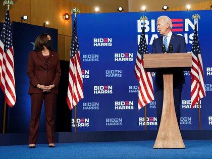 La senadora Kamala Harris, candidata a la vicepresidencia de EEUU, acompañó a Joe Biden en su acto en Delaware este miércoles  (REUTERS/Kevin Lamarque)
