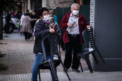Adultos mayores esperan en fila para poder cobrar su jubilación
