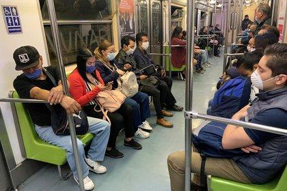 Usuarios del Sistema Colectivo Metro usan cubrebocas para evitar contagios por coronavirus. (Foto: EFE/ José Pazos)