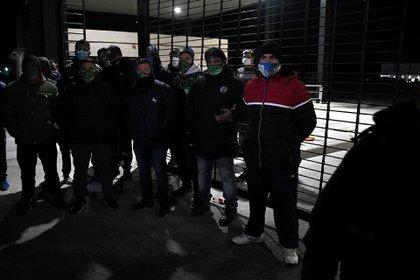 Manifestantes de Camioneros bloquearon anoche el depósito de Mercado Libre en Sarandí (Nicolás Stulberg)