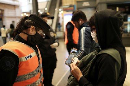 Las fuerzas de seguridad controlaran a los que se movilizan con medios de transportes propios o públicos (REUTERS/Agustin Marcarian)