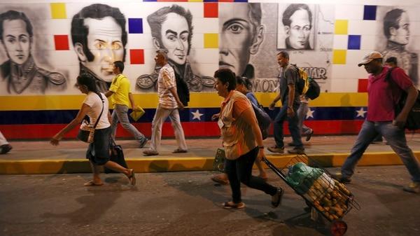 Miles de venezolanos cruzan a Colombia cada semana (EFE)