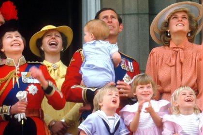 La reina Isabel, la princesa Ana, el príncipe Carlos con Diana y sus hijos en el evento Trooping of the Colour en 1985