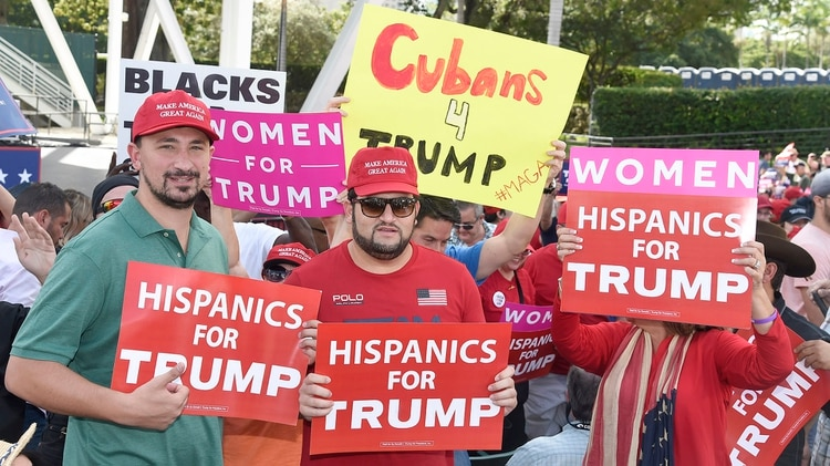 Según una encuesta del Pew Research Center, Trump tiene el 30% por ciento de aprobación de la primera minoría étnica de los EEUU. (AFP)