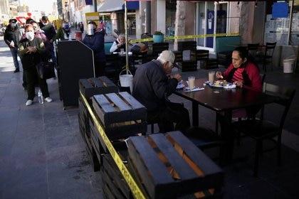 No se permitirá el uso de mesas con más de cuatro integrantes. (Foto: Reuters)