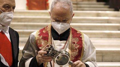 Vincenzo De Gregorio junto a la reliquia que contiene la sangre solidificada de San Genaro, patrono de Nápoles. Tres veces al año se produce el prodigio que esta vez no ocurrió (AP)