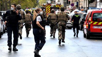 Toda la zona en la que se encuentra la antigua sede de la revista satírica fue acordonada por la Policía (Photo by Alain JOCARD / AFP)