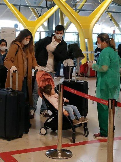 Juan Manuel Urtubey e Isabel Macedo vuelven en un vuelo comercial de Iberia
