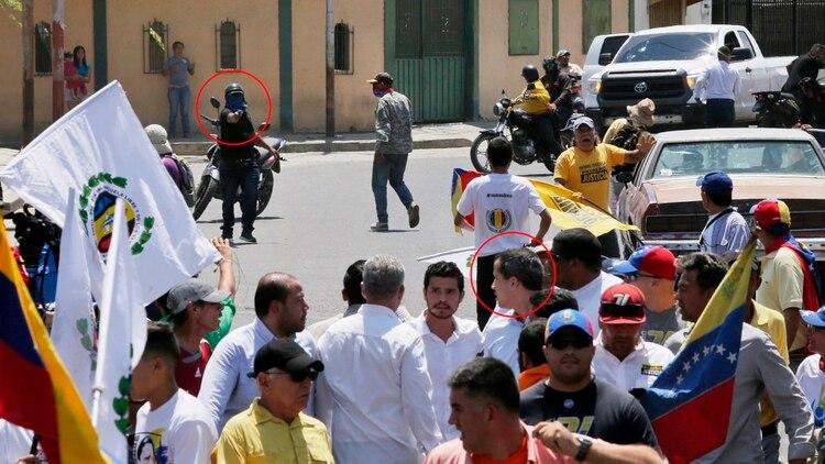 El momento en que uno de los colectivos chavistas le apunta con un arma a Juan Guaidó