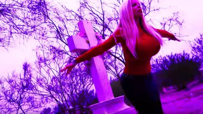 Sabrina caminó entre tumbas de Texas (Foto: YouTube Sabrina Records)