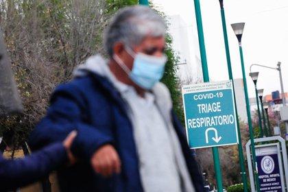 CIUDAD DE MÉXICO, 10ENERO2021.- La capital del país se mantiene en semáforo rojo una semana más de lo previsto por las autoridades del Valle de México, esto, debido al número de hospitalizaciones y contagios por Covid-19 que se mantienen en aumento. En el Triage del Hospital Siglo XXI y del General de México, ya no se reciben más casos por este virus, lo que se realiza es una valoración de los enfermos y son trasladados a otros nosocomios para poder ser atendidos. FOTO: DANIEL AUGUSTO /CUARTOSCURO.COM