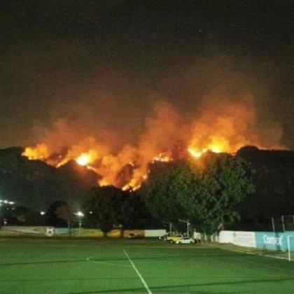 A última hora de este lunes se había controlado solo un 20% del fuego, y había 50 hectáreas afectadas (Foto: Twitter @27becky)