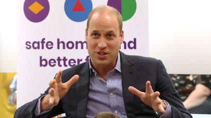 """El duque de Cambridge participó en una discusión grupal encabezada por varios """"embajadores"""", quienes han recibido el apoyo de la organización y ahora trabajan para ayudar a las nuevas generaciones (Reuters)"""