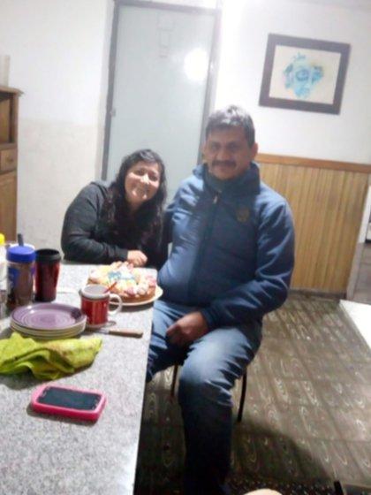 Junto a su pareja, Roberto Villalobo