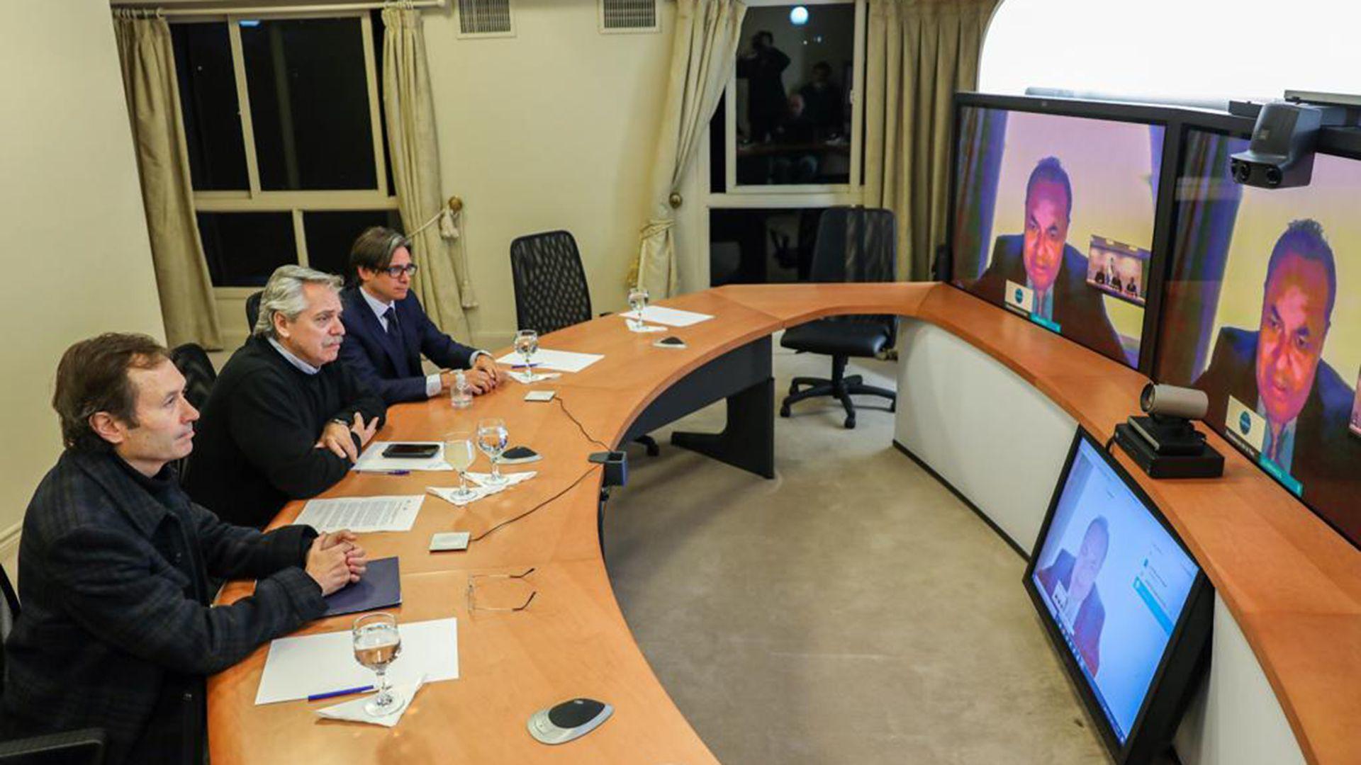Alberto Fernández junto a Gustavo Béliz y Christian Asinelli en charla con Luis Carranza Ugarte de CAF