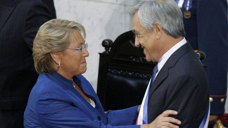 Michelle Bachelet y Sebastian Pinera, al finalizar el primer mandato de ella y comenzar el primero de él