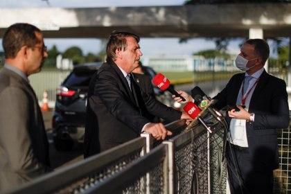 Jair Bolsonaro habla con los medios en el Palacio de la Alvorada el 10 de marzo de 2021 (REUTERS/Ueslei Marcelino)