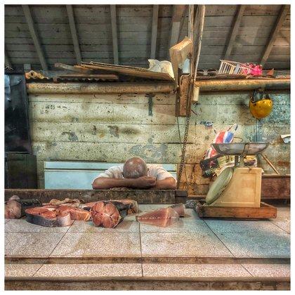 Nicola Young, Reino Unido. Mejor foto tomada con un smartphone.Port Louis, Mauritius. Nuestro viaje a Mauritius fue acompañado por el ciclón Berguitta, que causó nervios y tensión a todos en la isla. Huimos de las playas para explorar los mercados de Port Louis, entre ellos el mercado del pez. (Nicola Young/www.tpoty.com)