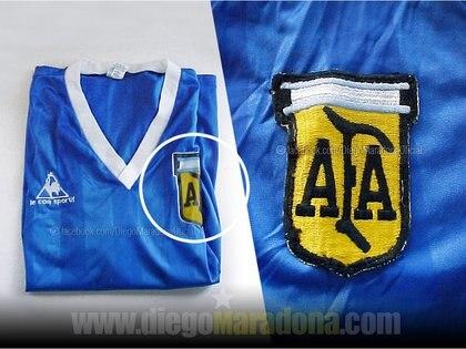 La chaqueta es similar a la original, pero con una tela y escudo diferente (Foto: Facebook / Diego Maradona)