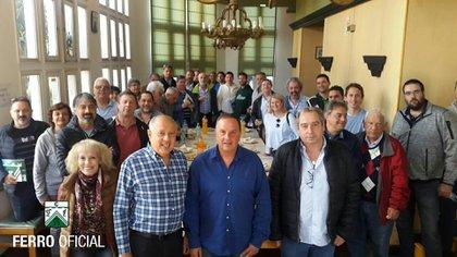 Pandolfi (camisa azul) y el resto de la comisión directiva del club