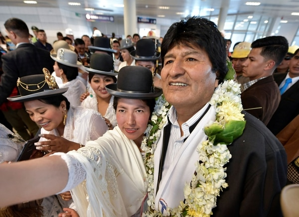 Una mujer se toma una fotografía con el presidente Evo Morales (REUTERS ATTENTION EDITORS – THIS IMAGE WAS PROVIDED BY A THIRD PARTY)
