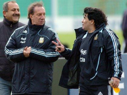 """Las manos adelante. La pose que Bilardo aceptó que """"copió"""" de Escobar y Rodríguez Orejuela para las flashes (Foto: NA)"""