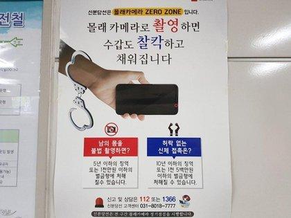 Un afiche en el transporte público advierte que sacar fotos sin permiso es un delito