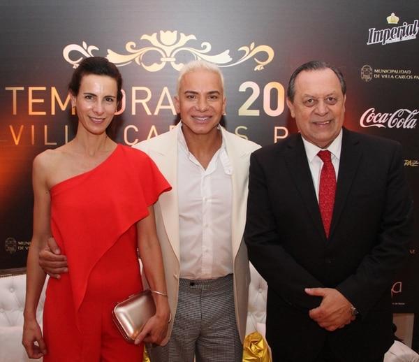 El ministro de Turismo de la Nación, Gustavo Santos, acompañado por su mujer, junto a Flavio Mendoza, cuyo musical, una de las estrellas de la temporada, desembarca este verano en el Teatro Luxor.