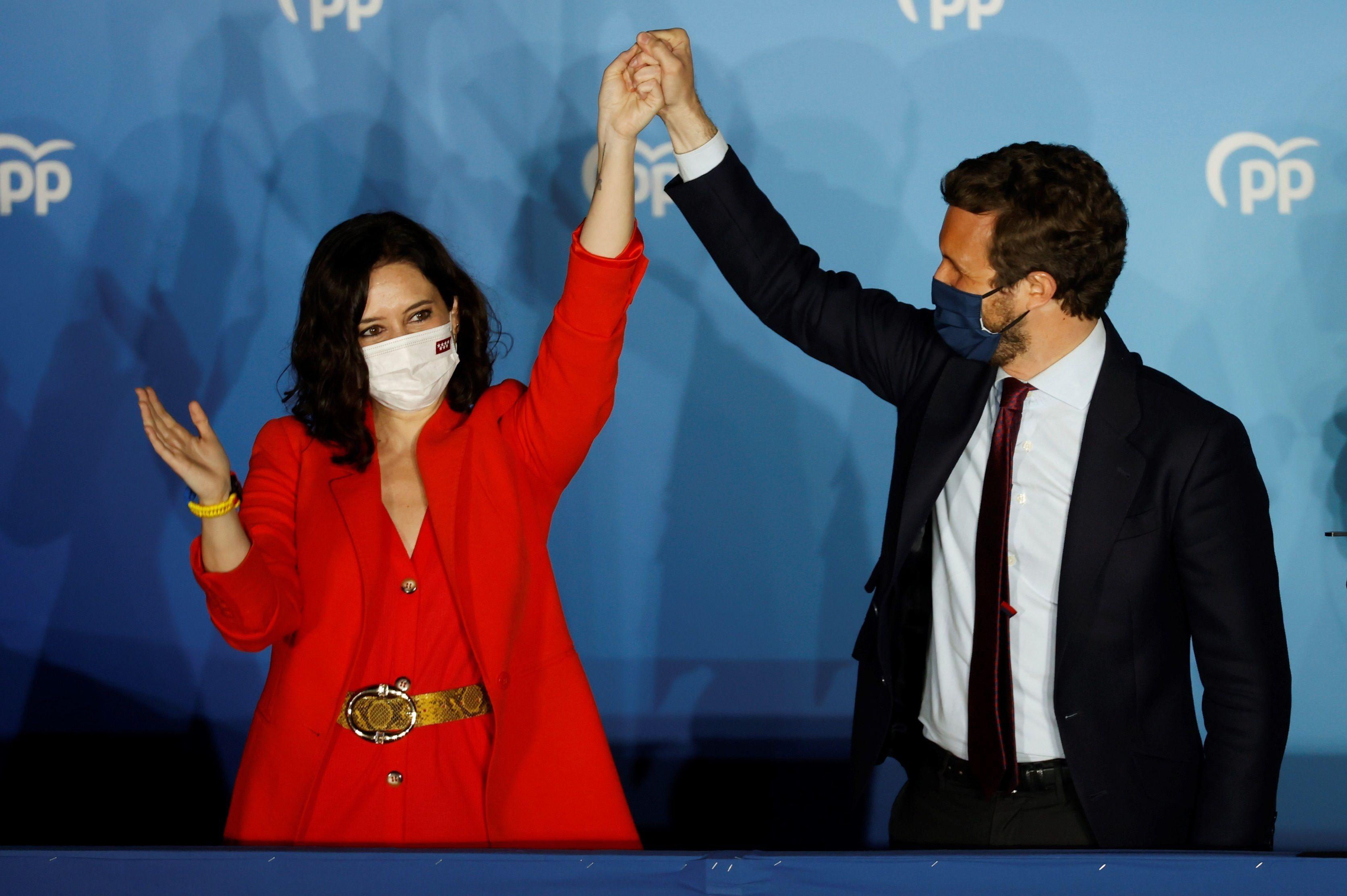 La presidenta de la Comunidad de Madrid y candidata por el Partido Popular a la reelección, Isabel Díaz Ayuso, acompañada por el presidente del partido Pablo Casado, hoy martes en la sede del partido en la calle Génova. EFE/Mariscal
