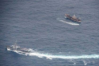 Buques de la Armada del Ecuador rodean un barco pesquero después de detectar una flota con banderas mayormente chinas en el Océano Pacífico cerca de la zona económica exclusiva de las Islas Galápagos, 7 de agosto del 2020.  REUTERS/Santiago Arcos