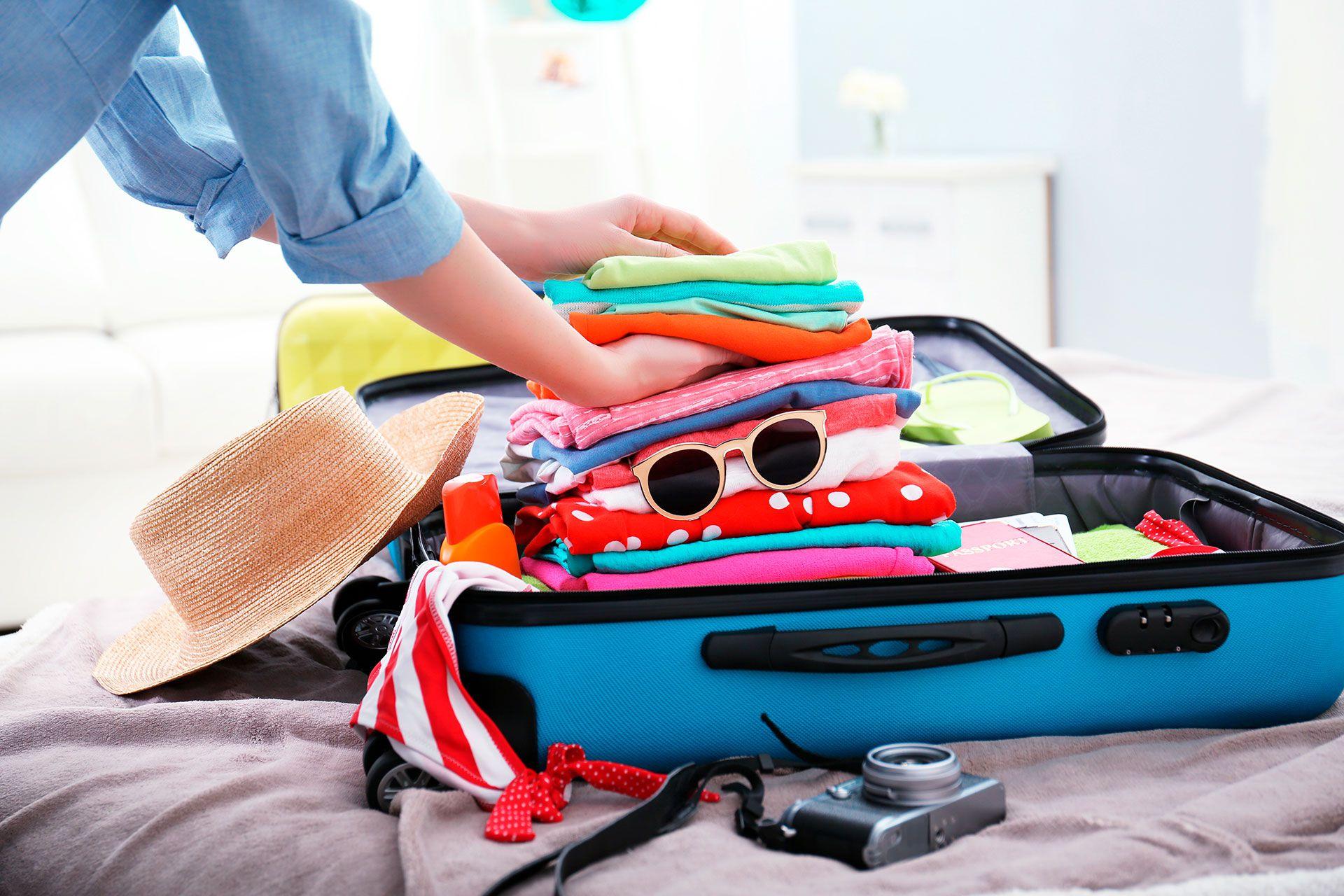Para los destinos de playa, si se compra un pasaje sin valija en bodega, bien ordenado la ropa entra perfecto en las carry on (Shutterstock)